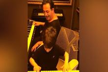 Cem Yılmaz ve oğlundan 'Babalar Günü'ne özel mini konser