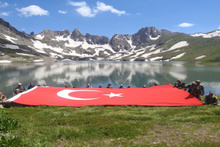 Mehmetçik İkiyaka Dağları'nda dev Türk Bayrağı açtı