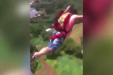 Evin balkonundan paraşütle atlayan adam