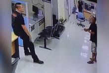 Elinde bıçakla polis karakoluna giren adamı sakinleştiren polis