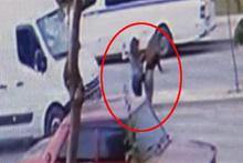 İzmir'deki korkunç kazada 2 genç kız 50 metre savruldu!