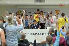Göztepeli futbolcular Yılmaz Vural'ın basın toplantısını bastı
