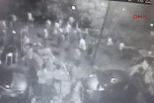 Kadıköy'de ağacın kafenin üzerine devrilme anı kamerada