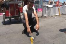 Vatandaşlar Taksim'de yumurtalı sıcaklık deneyi yaptı