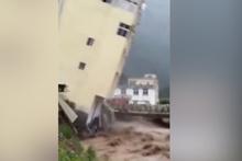 Çin'de sel bir evi yıktı