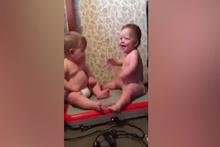 Bebeklerin sevimli hali güldürdü