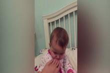 Babasının ayağını koklayan bebeğin komik tepkisi