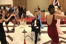Düğünde oturup nargile içen gelin ve damat!