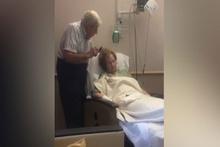 Hasta eşinin saçlarını tarayan amca