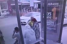 Otobüs beklerken bir anda kendilerini yerde buldular