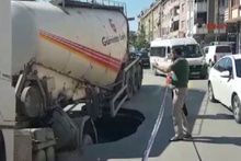Yol çöktü beton kamyonu içine düştü