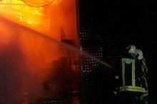 Babasının fabrikasını canlı yayında kundaklayıp, yaktı