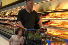 Küçük kızın garip yürüdüğünü gördü sebebi çılgına çevirdi