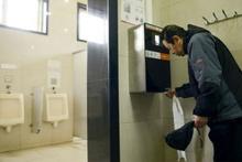 Dünyanın sayılı zenginlerinden ama tuvaletleri dolaşıyor!