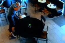 58 yaşındaki adam soyguncuyu böyle engelledi