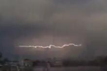 İstanbul'daki fırtınanın en olay görüntüsü! Şimşeğe bakın