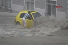 Sel suları otomobili böyle sürükledi