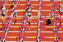 Kadınlar 100 metre engellide mücadele eden Deborah John engele takılarak sakatlandı