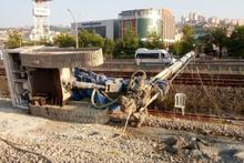 Kocaeli'de tren yoluna iş makinesi devrildi