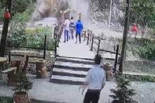 Yola düşen dev kayadan işte böyle kaçtılar