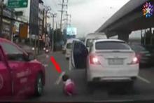 Otomobilden çocuk düştü!