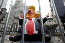 Trump'a şişme fareli protesto