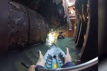 Terk edilmiş gemide kanoyla dolaşmak