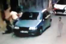 Sokak ortasındaki bıçaklı saldırı güvenlik kamerasında