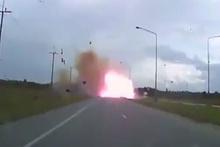 Seyir halindeki aracın patlama anı kamerada