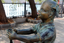 Atatürk'e çiçek veren kız heykeline çirkin saldırı!