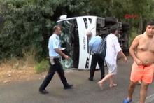 Antalya'da turist taşıyan midibüs devrildi