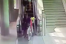 Bisikletiyle yürüyen merdivene bindidehşet yaşadı!
