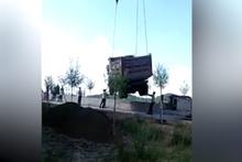 Kamyon işçinin üzerine düştü !
