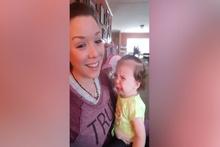 Annesinin sesini beğenmeyen bebek!