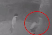 Kadın öğretmene uçan tekmeyle saldırma anı kamerada