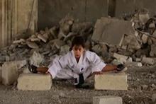 Savaşın ortasında karate öğrenen küçük kız