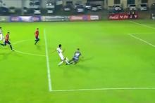 Futbolcunun ayağı kırılınca annesi sahaya girdi