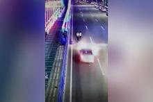 Şoke eden kaza! Genç kız tren yoluna uçtu