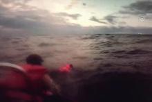 Güvenlik ekipleri, göçmeni dev dalgalardan böyle kurtardı