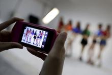 Çinlilerin yeni marifeti genç kadınlara seksi kıyafetler giydirip bunu yapıyorlar