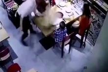 Garson kaynamış çorbayı çocuğun üzerine döktü!