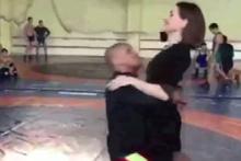 Kadın muhabire şok! Güreşçi salto attı ayağa kalkamadı!