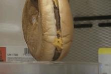 Böyle deney görülmedi hamburgeri tuz ruhuna sokup... Şoke olacaksınız