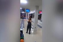 Bowling topuyla tavana asılı televizyonu vurdu