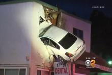 İlginç kaza! ABD'de aşırı hızla giden araç binanın ikinci katına girdi