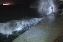 İstanbul'da fırtına! Dev dalgalar oluştu seferler iptal