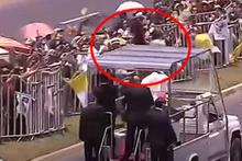 Attan düşen kadın polisin imdadına Papa koştu!