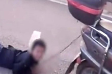 Cani anne yaramazlık yapan oğlunu motosiklete bağlayıp yerlerde sürükledi
