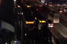 Metrobüste yoğunluk isyanı: Vatandaşlar yolu kapattı!