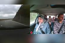 Savrulan arabada istifini bozmayan aile sosyal medyayı salladı